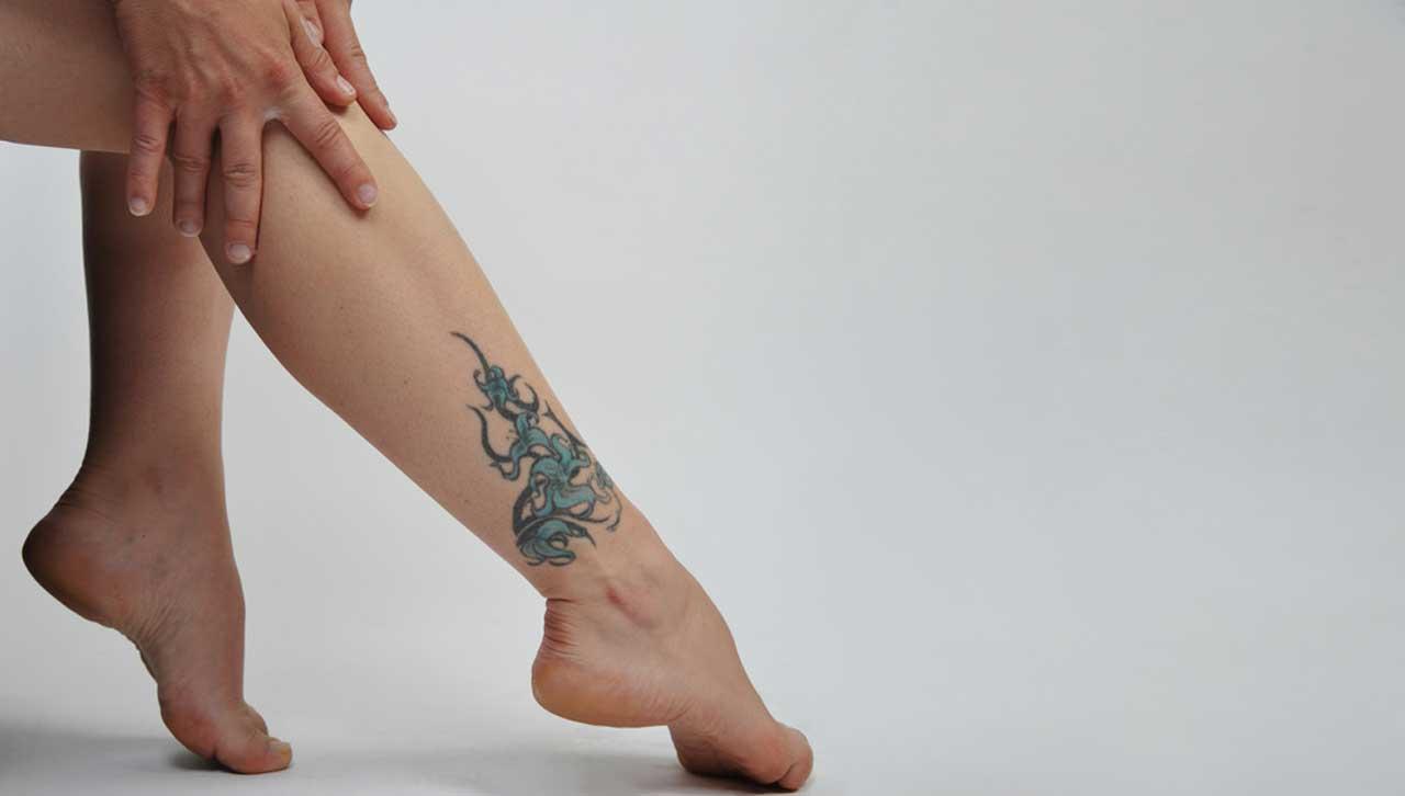 Frau mit tätowiertem Fußknöchel